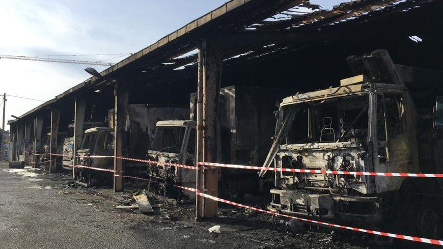 Les 5 camions d'intervention complètement détruits sur le site Enedis à Seyssinet