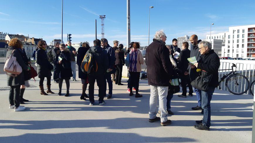 Une trentaine de militants et membres de la liste Nancy Ecologie Citoyenne étaient présents sur le pont des Fusillés