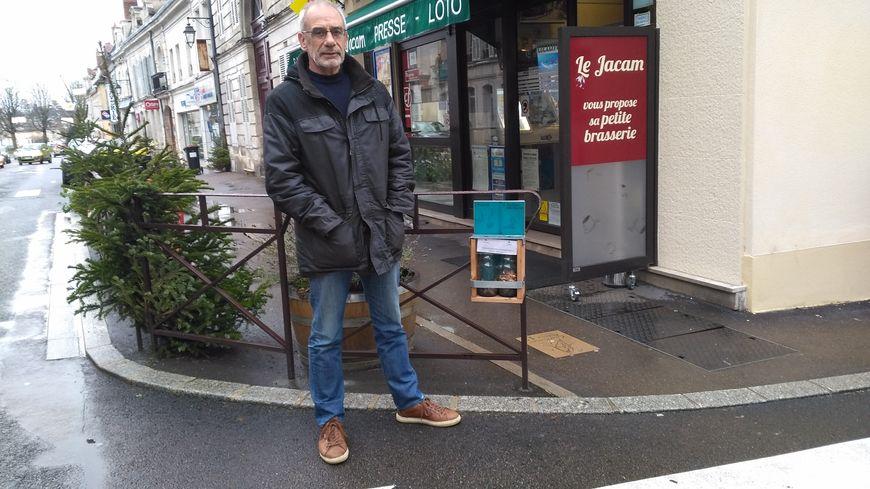 Patrick Vayne du conseil de quartier du centre ville d'Auxerre près d'un des cendriers ludiques installés en ville
