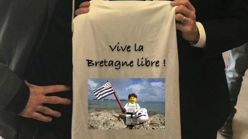 Les internautes se sont fait très plaisir avec le tee-shirt brandi par Emmanuel Macron à Angoulême.