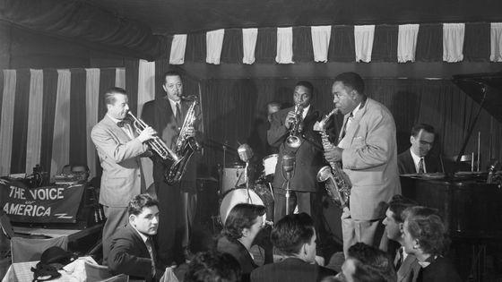 """Le trompettiste Max Kaminsky, le saxophoniste Lester Young, le trompettiste """"Hot Lips"""" Page, le saxophoniste alto Charlie Parker, le pianiste Lennie Tristano au Birdland sur Broadway à Manhattan"""