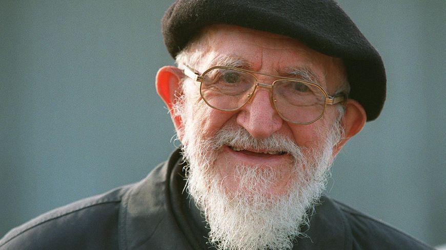 Treize ans après sa disparition, un hommage à l'Abbé Pierre à Esteville, où  il repose