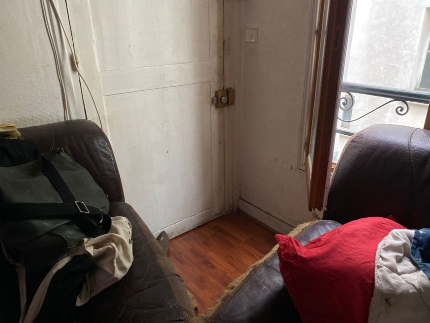 Chez Mireille,  il faut enjamber deux canapés pour entrer dans son minuscule 2 pièces