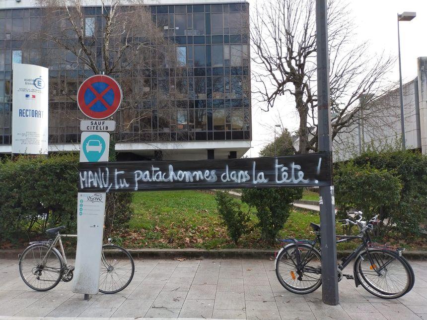 Des slogans en clin d'oeil à la répartie d'Emmanuel Macron à un enseignant mercredi à Pau