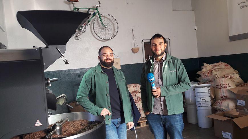 Karim Boukercha et Carlos Rodriguez dans leur atelier de torréfaction à Toulouse