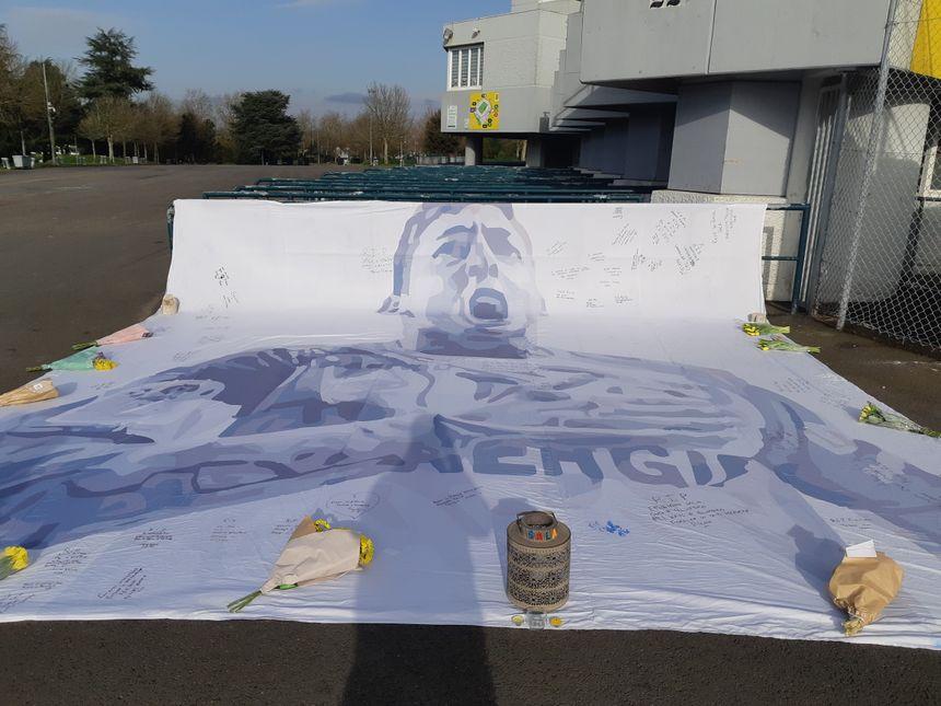Thomas, supporter gallois, a demandé à un dessinateur gallois de créer cette bâche géante en hommage à Emiliano Sala.