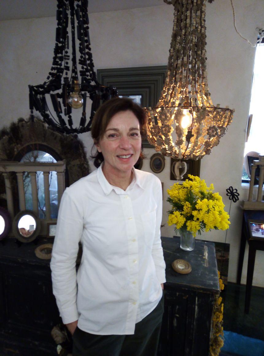 Cécile Chappuis et ses luminaires à pampilles.