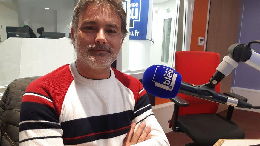 Jean-Louis Peyren, élu CGT CSE Sanofi Mourenx, dans les studios de France Bleu Béarn