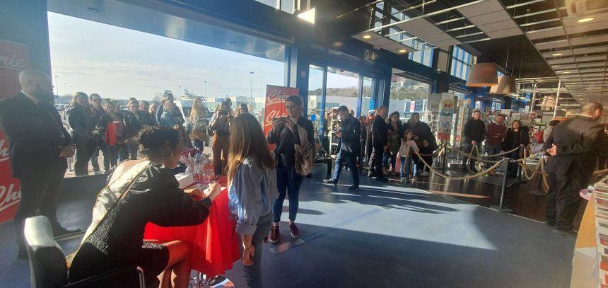 Les fans périgourdins ont parfois attendu plusieurs heures, sous le soleil, avant de rencontrer Clémence Botino