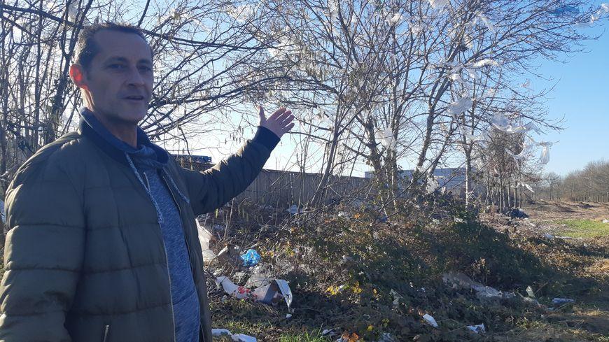 Christophe Peix, ce jeudi en début d'après-midi, tout à côté de l'entreprise Suez. Du plastique venu de la société aux branches, mais aussi des ordures laissées par des particuliers.