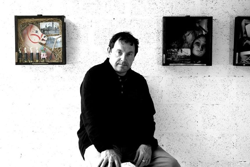 Michel Amelin avec deux de ses boîtes judiciaires