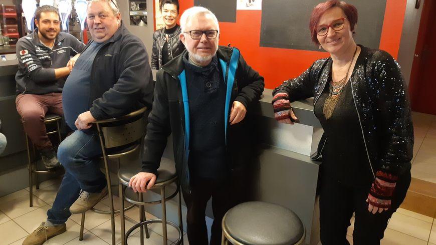 Au café du centre à Meslay du Maine avec Nathalie Maulet et Guy Guermond.