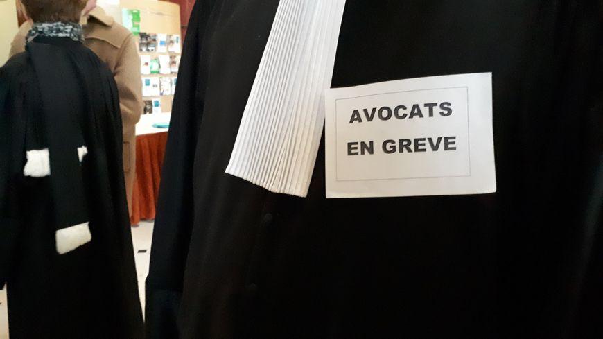 """Les avocats castelroussins arboraient un message """"avocats en grève"""" lors de l'audience solennelle du tribunal judiciaire"""