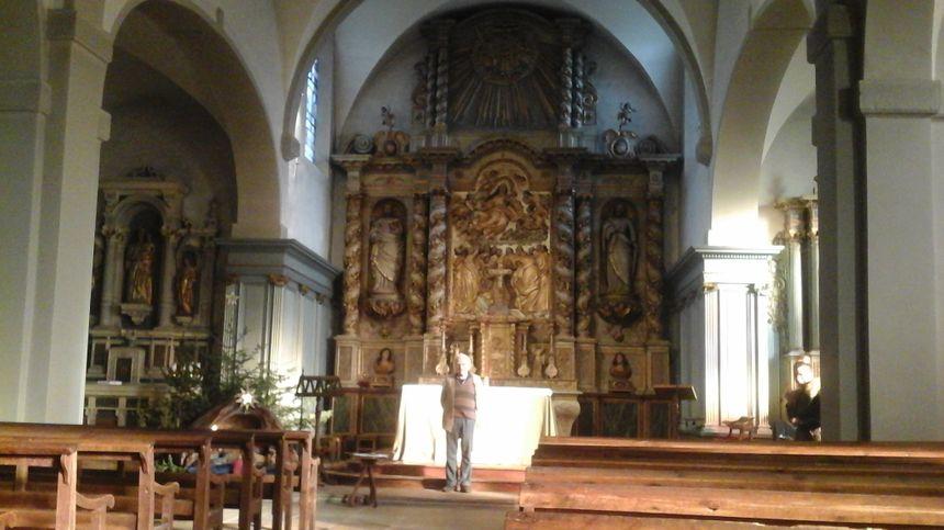 Bernard Legain devant l'autel et le retable de l'église de Servance, entre Pierre et Paul... et entre catholicisme et protestantisme !