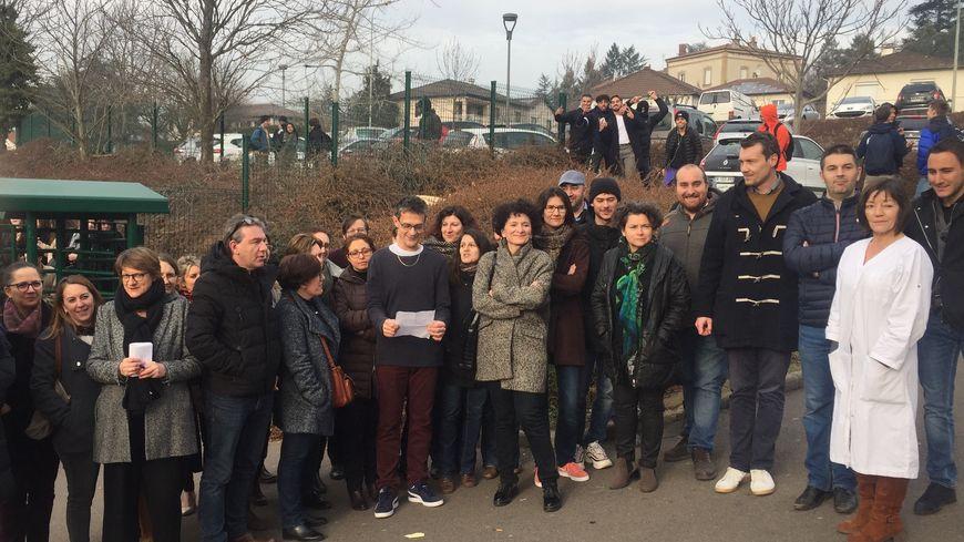 Plusieurs professeurs du lycée Simone Weil (42) se sont rassemblés devant leur établissement