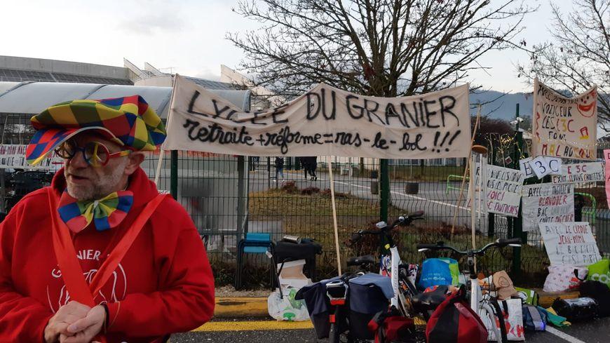 Une vingtaine d'enseignants ont manifesté sans bloquer devant le lycée de La Ravoire avant les épreuves continues du nouveau bac.