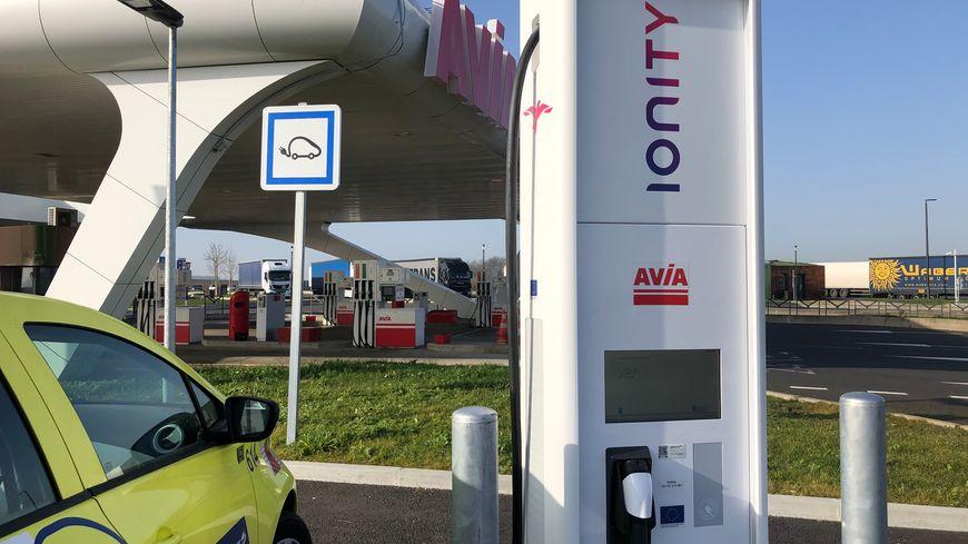 Quatre bornes électriques ont été inaugurées sur l'aire de Poitiers Jaunay Clan, sur l'autoroute A10.
