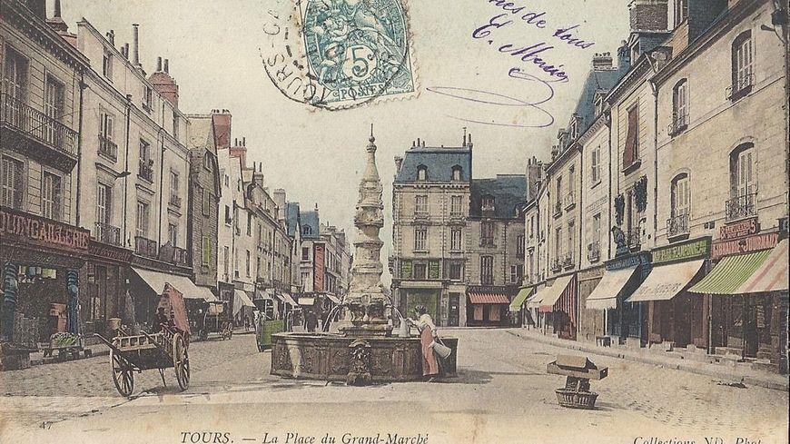 """Carte postale """"Place du Grand-Marché"""" - Tours - Place avec pilori et carcan au XVIIIe siècle"""