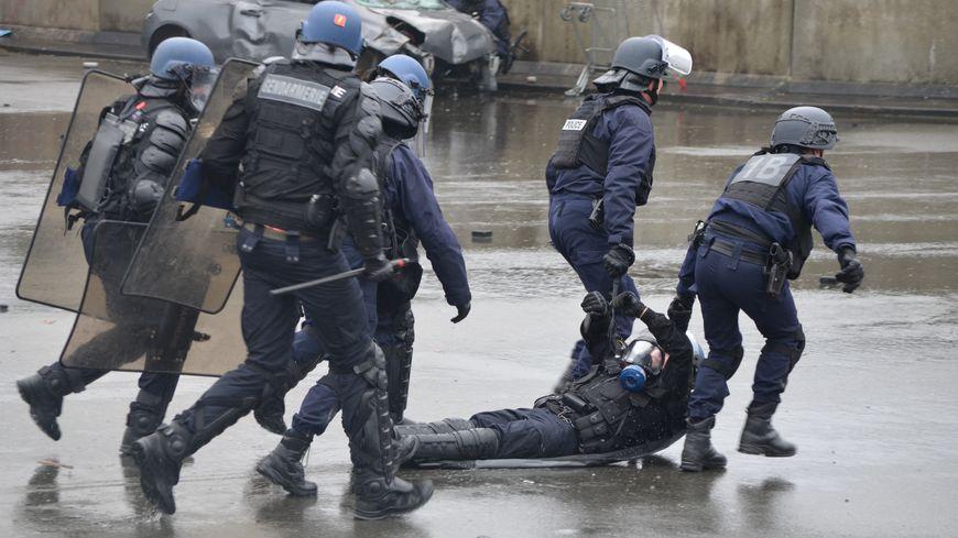 Exercice de maintien de l'ordre au centre national d'entraînement des forces de gendarmerie à Saint-Astier en Dordogne (illustration)