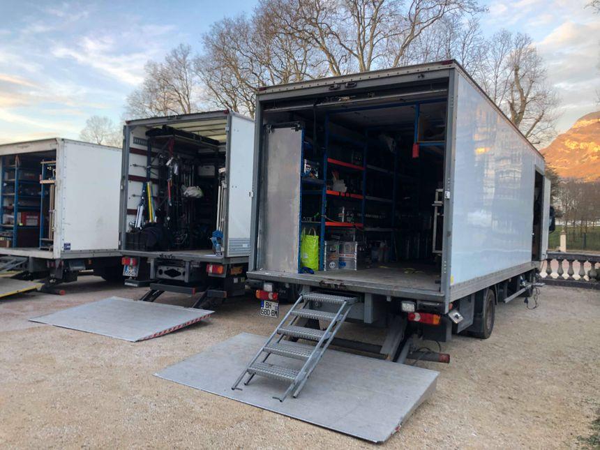 Les camions de l'équipe de tournage, devant le château