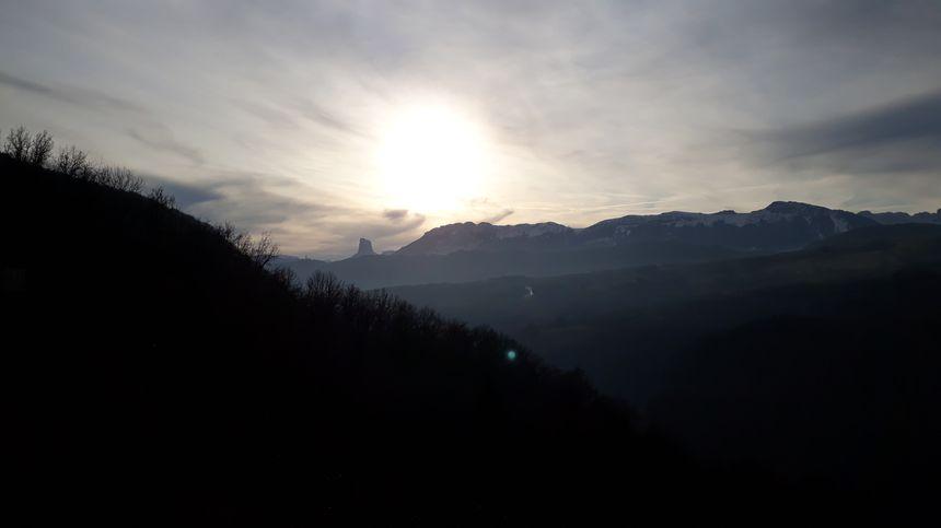 Au loin, le Mont Aiguille se dessine. En contre-plongée, voici le lac du Monteynard