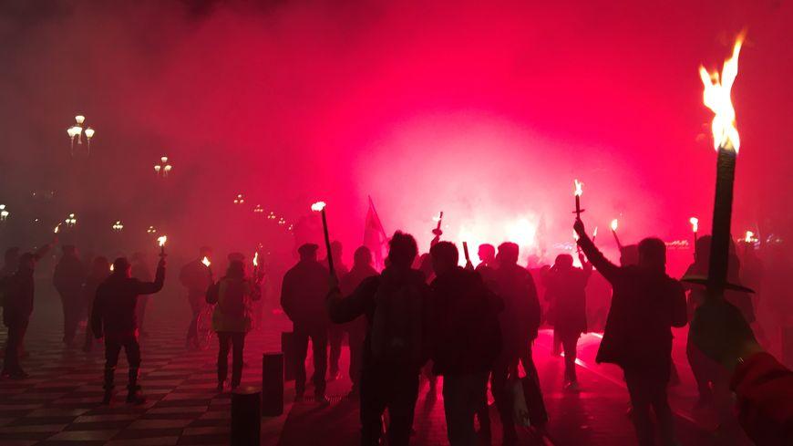 Les Niçois ont fait une retraite aux flambeaux ce jeudi soir contre la réforme des retraites.