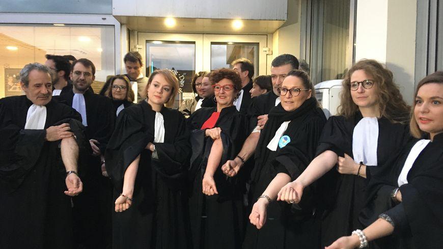 Une trentaine d'avocats de Metz ont donné leur sang à Metz pour protester contre la réforme des retraites