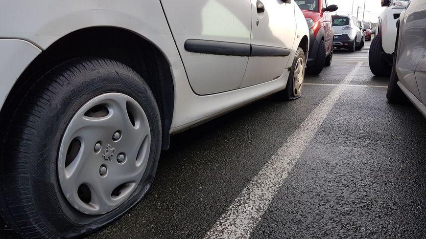 Parfois, les quatre pneus des véhicules ont été crevés.