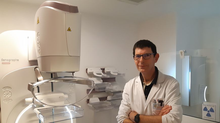 Sylvain Pichereau à côté du nouveau mammographe de l'hôpital de Mayenne