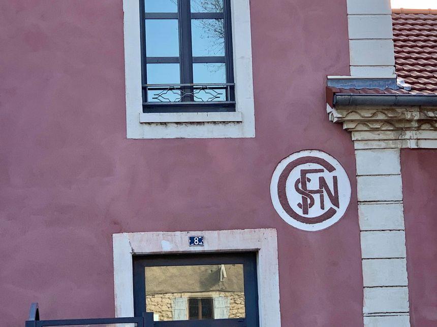 Le tout premier logo de la SNCF, qui date des années 30, est toujours peint sur la gare de Cruas