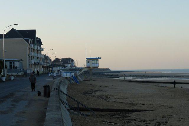 La petite commune de Lion-sur-Mer, 2 400 habitants, est située sur la côte de Nacre, à 5km du port de Ouistréham, d'où partent les ferries à destination de l'Angleterre.