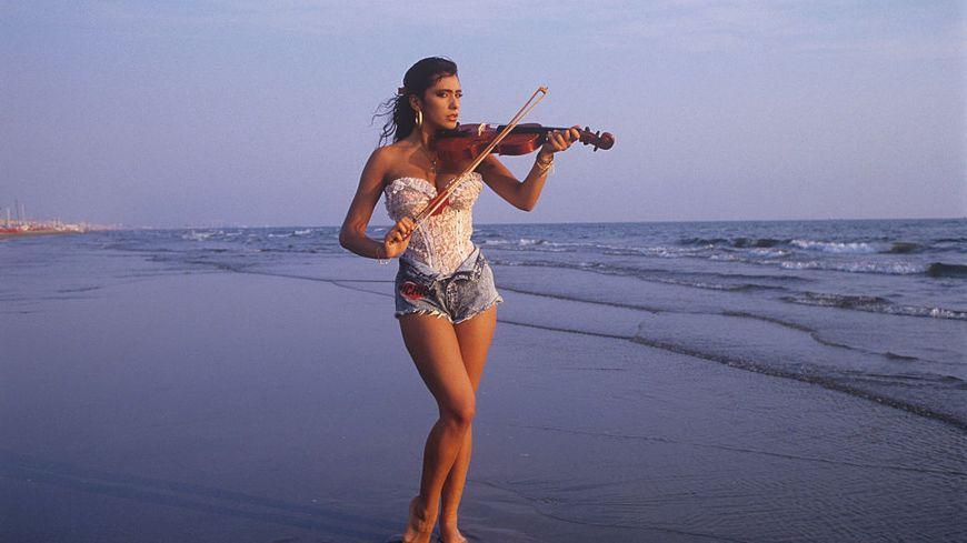 Sabrina Salerno au violon sur une plage en 1988