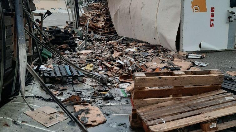 Une remorque emplies de palettes de bois de la société STEB renversée sur le port de Marseille