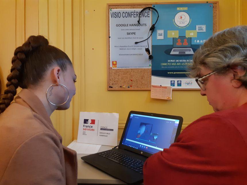 Cindy est en visioconférence par Skype avec un agent de Pôle Emploi à Vernon, ce qui évite de se déplacer