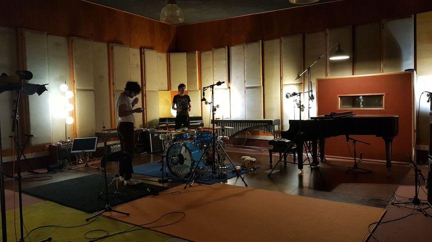 """Julien Barbagallo, le batteur du groupe australien """"Tame Impala"""" est originaire d'Albi. Il est venu jouer mardi au studio Condorcet."""