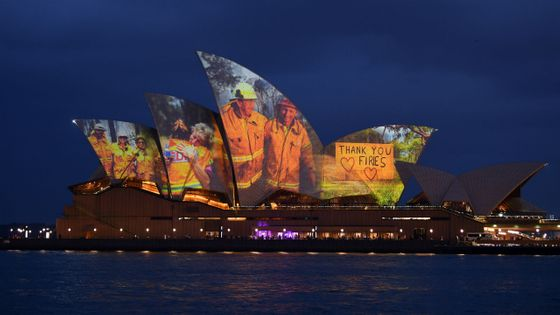 Samedi 11 janvier 2020, l'Opéra de Sydney a projeté des images des pompiers qui luttent contre les incendies