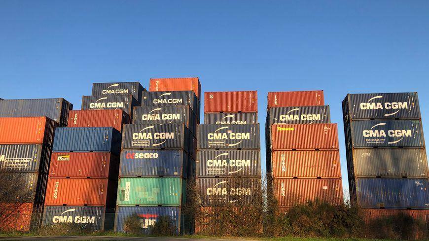 Les conteneurs s'entassent de plus en plus près du port