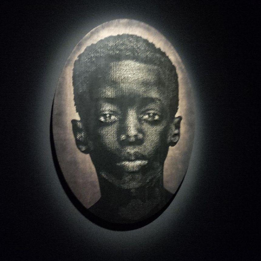 """""""Portrait clouté"""" par Alexis Peskine."""