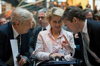 Nicolas Berggruen (à droite), converse avec Ursula von der Leyen (au centre) et George Soros (à gauche), le 30 octobre 2012 à Berlin.