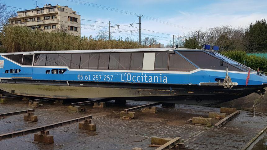 L'Occitania, un bateau de croisière de trente mètres de long est en cale sèche près du pont des Demoiselles à Toulouse le temps des réparations