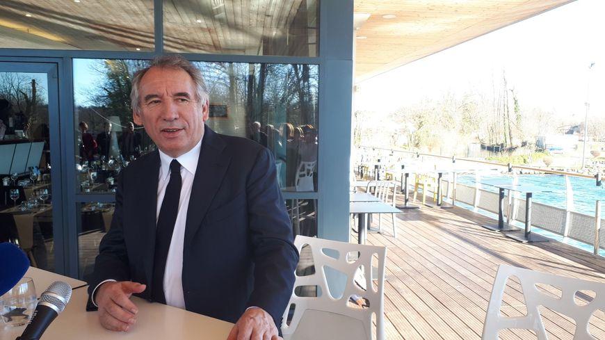 Le maire de Pau François Bayrou a officialisé sa candidature aux élections municipales, vendredi 31 janvier depuis le stade d'eaux-vives, à Pau.