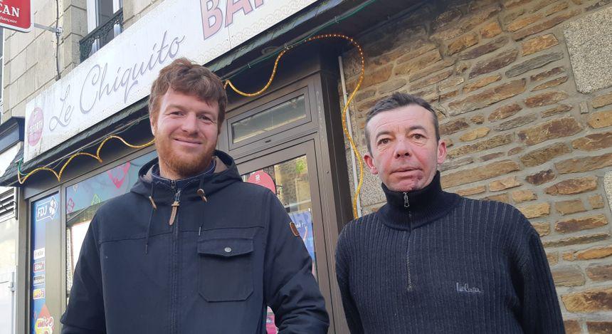 Quentin Lepennetier le fils de P'tit Jules le driver et Guillaume Bernier devant le bar des supporters de General du Pommeau : ils se souviennent de ce grand moment 20 ans après.