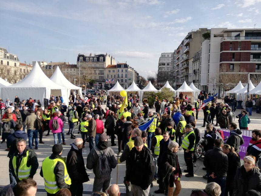 Le rassemblement a débuté dans le calme sur le Champ de Mars où se déroule la fête de la truffe