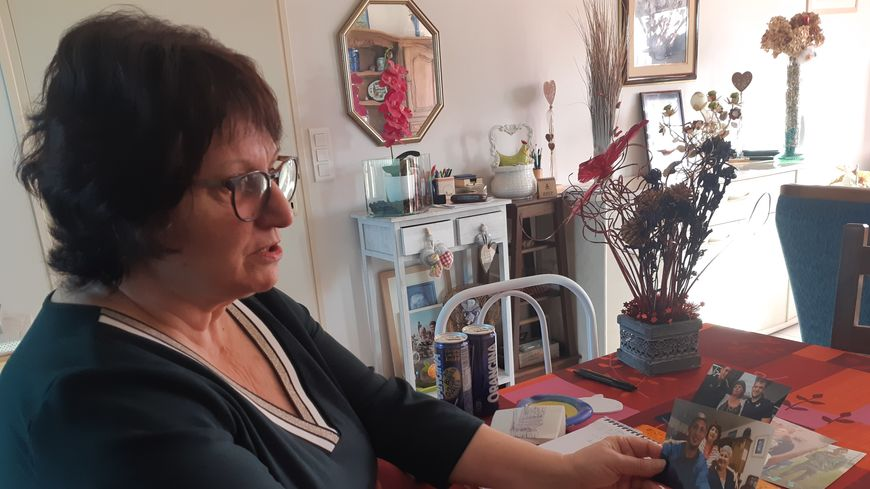 L'ancienne confidente d'Emiliano Sala, Marie-Jeanne Munos, range soigneusement les photos d'Emiliano Sala dans une boite à souvenirs.