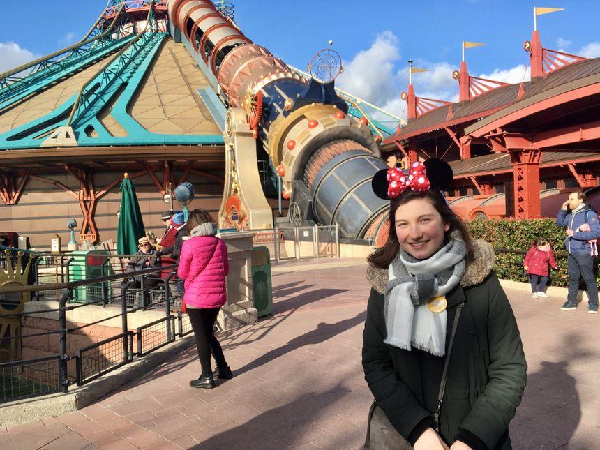 Charlotte et sa maman, juste avant le démarrage de l'attraction Space Mountain à Disneyland.