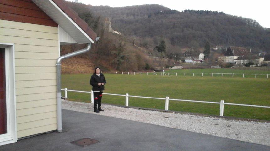 Anne-Marie, présidente de l'Entente Sportive Vaufrey Vallée, devant le tout nouveau vestiaire du club, qui est aussi et avant tout un lieu de rencontre et d'échange...