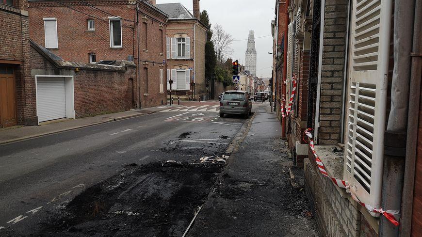 La chaussée, les trottoirs et la maison portent encore les traces de l'incendie