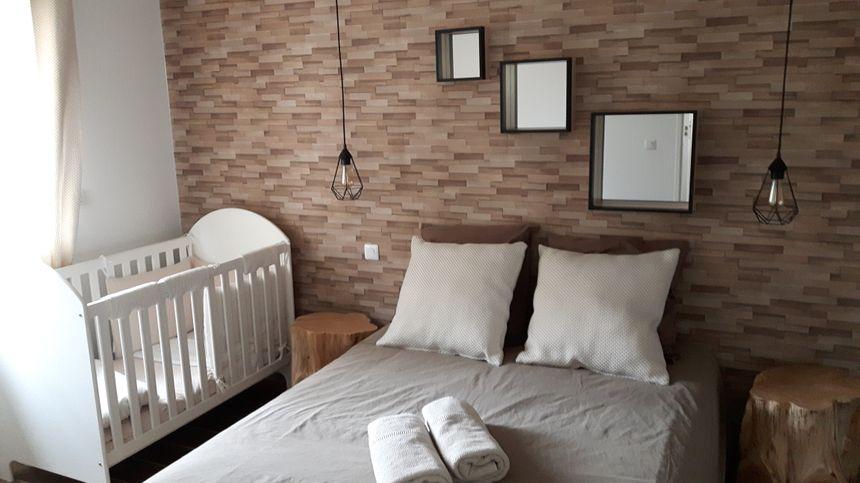 chambre parental équipée d'un lit bébé