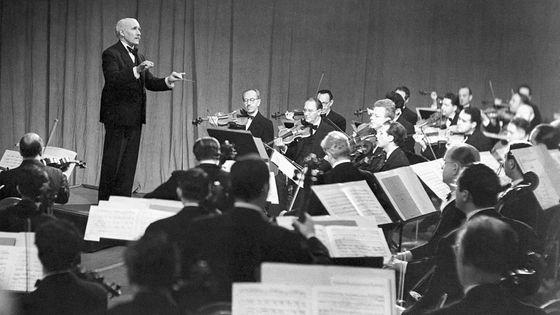 Le chef d'orchestre italien Arturo Toscanini à la direction (orchestre non identifié, photographie non datée)