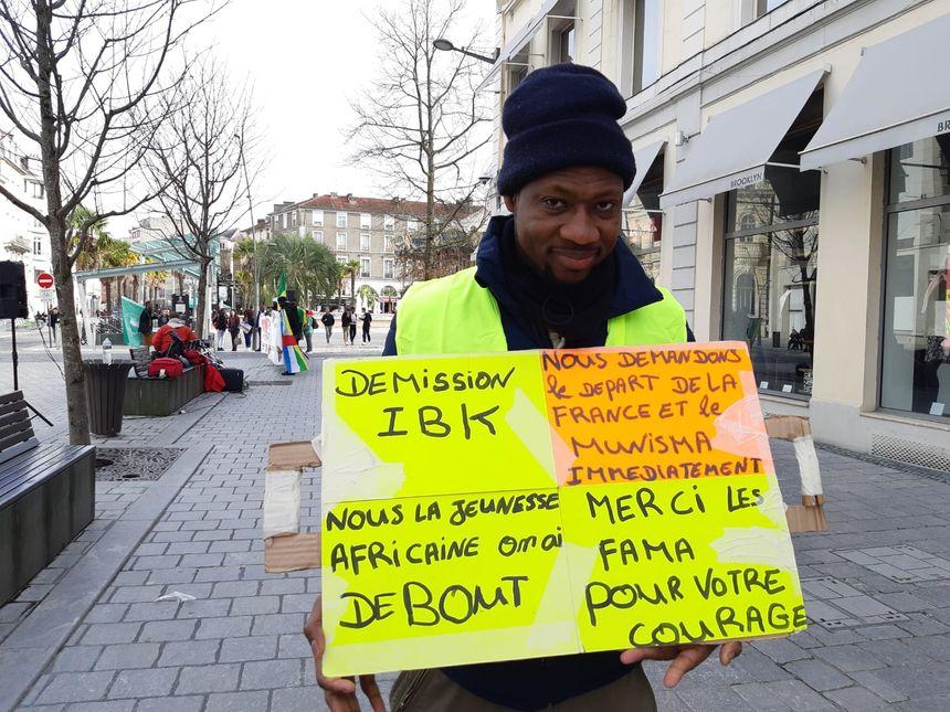 Un manifestant place Clémenceau ce lundi.
